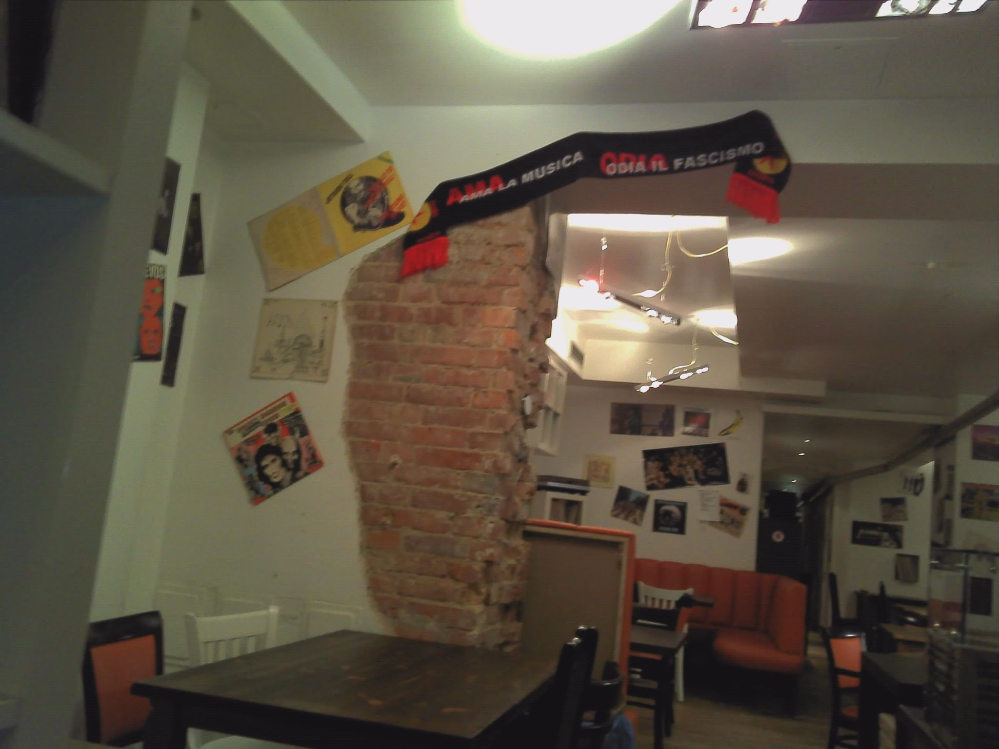 """Photo: ...und noch später, zB im """"ilGiradischi""""in der Oderberger. Da gab es - was für ein Zufall - wiederum Textilien an der Wand, auf denen eine gute Aufforderung steht:""""ama la musica, odia il fascismo"""""""