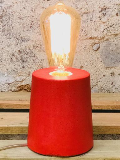 lampe béton rouge au design cylindre fait-main en atelier français