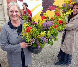 Photo: Sourires et bouquets tricolores pour décorer