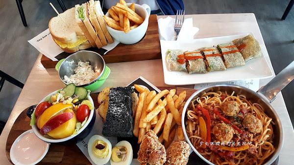 濰克早午餐台中民權店。走平價風格菜單多樣化。奶油核桃乳酪醬無限享用