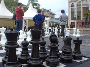Photo: Beaucoup de monde place Clemenceau à #Pau pour défier les jeunes champions d'échecs locaux #PauEchecs