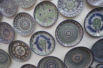 Photo: Uzbekistano keramika: iš skirtingų priemaišų nužiestos lėkštės pirštų trenktelėjus skirtingai skamba (metalo, plastmasės garsai).  Uzbekistan's queramics: different mixtures makes the places sound differently when hit (like metal or plastic).
