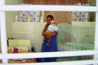 Photo: woman inmate and her baby inside cuban prison. Tracey Eaton photo