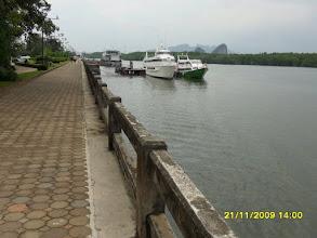 Photo: Die Strandpromenade und der Pier an der Klongkha Road  -  Krabi