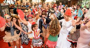 Ambientazo en el ambigú de La Bodeguilla con una veintena de flamencas y las charangas que animaron a los presentes a bailar sus piezas más clásicas.