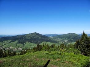 """Photo: 23.Ćwilin (1072 m) i Śnieżnica (1007 m). Pomiędzy nimi Przełęcz Gruszowiec (ta z """"Barem pod Cyckiem""""). Na drugim planie Lubogoszcz (968 m)."""