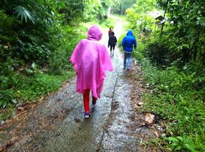 Photo: Bori´ Parinding Tana Toraja (Sulawesi)   Este lugar es una combinación de terrenos para enterramientos y ceremonias. El lugar para ceremonias es un espacio abierto donde de celebran rituales funerarios y también de acción de gracias. Hay más de 100 menhires es el terreno para ceremonias, cada uno representando una fiesta o mérito realizado en el pasado por alguien de clase social alta.     Cerca de este lugar visitamos un árbol donde están enterrados bebés.  También visitamos otra piedra redonda que sirve como cementerio. Con la particularidad de que en este lugar uno de los agujeros en la roca estaba lleno de huesos y de calaveras.  Domingo 22 de marzo de 2015