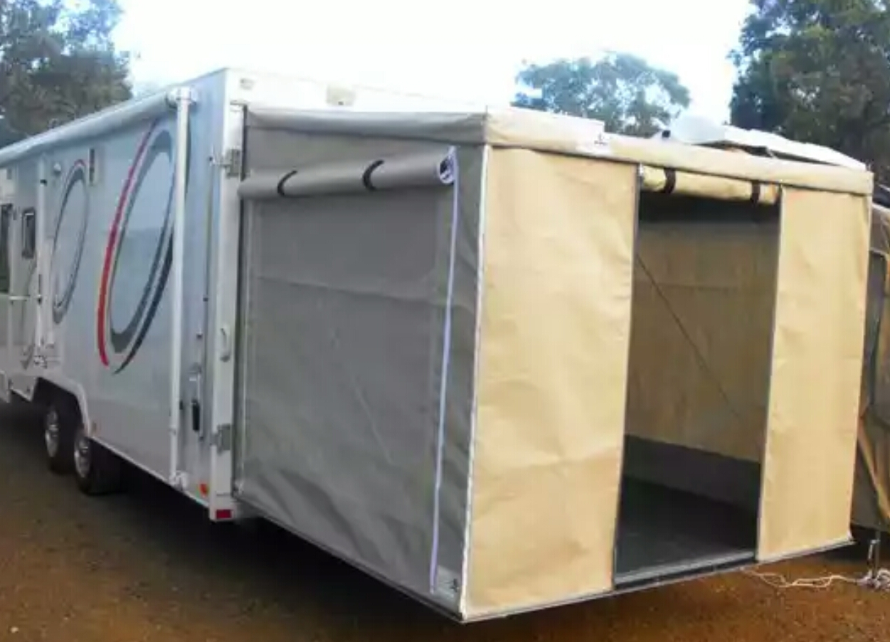 Hauler with tailgate room