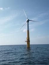 Photo: このあたり水深95mぐらいあるぞー!・・・調べたら、日本初の浮体式洋上風力発電機らしい。まだ羽根は回っていなかったので建設途中か。 詳しくは「まるごとう」って五島市のHPに載ってるみたいです。