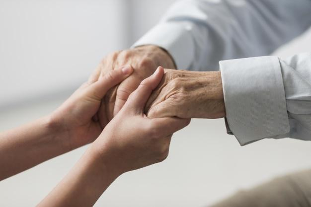 Pielęgniarka Trzymająca Ręce Starszego Mężczyzny Za Współczucie Darmowe Zdjęcia