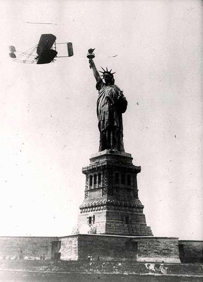 02 - Wilbur Wright flies around the Statue of Liberty