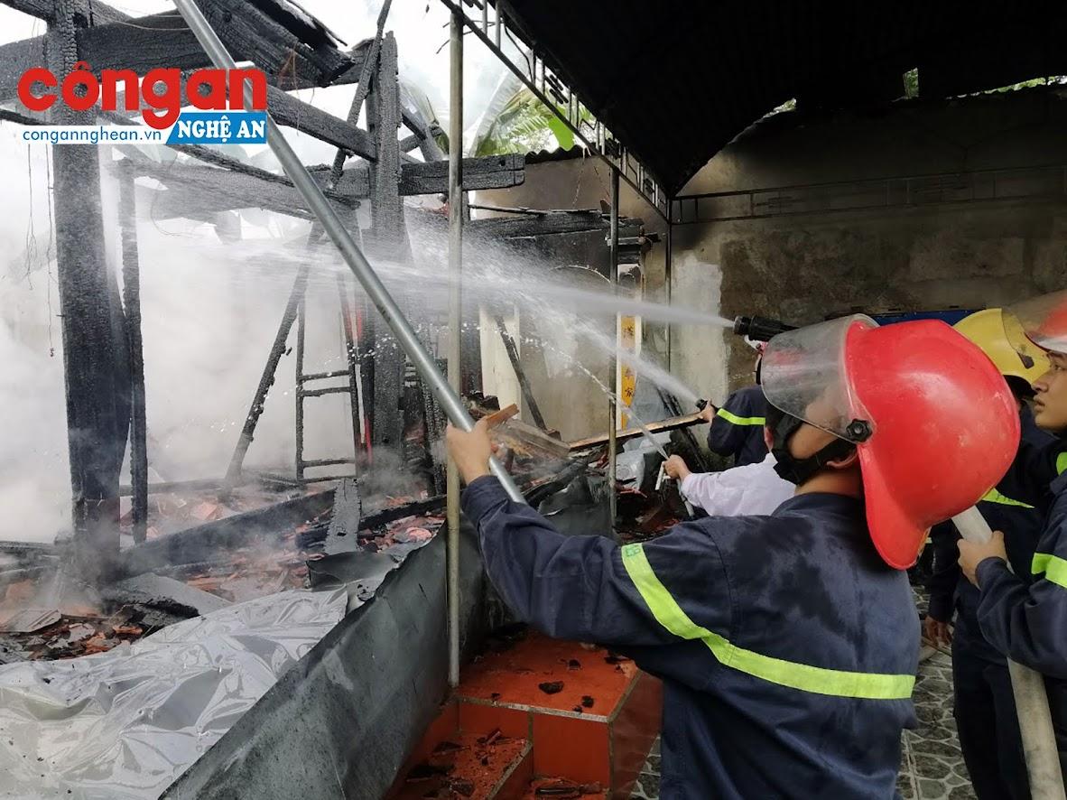 Lực lượng chữa cháy ngăn không để đám lửa lang sang khu vực bên cạnh