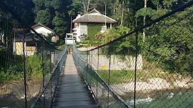 Photo: En lang hængebro til den lille lodge - Inge er ikke begejstret :)