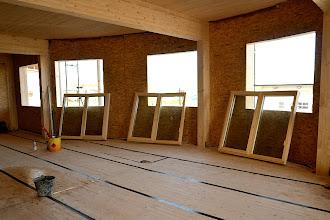 Photo: 20-11-2012 © ervanofoto De ramen voor de conciërgewoning staan klaar voor plaatsing.