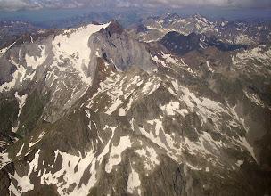 Photo: Hautes Pyrénées : vision aérienne estivale sur les faces Nord et Est du Vignemale. Pic Labas 2946m au premier plan, col de Labas puis pic de la Sede 2976m et Hourquette d'Ossoue. En cherchant bien vous devinerez le refuge de Beysselance.