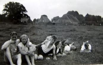 Photo: Hooghalen 1951 Links Cornelis Talens, Aaltje Moek?, Roelof Enting Gzn., Hennie Vedder Rabbe d., Lena Homan, Ds. Van Wezup en Hendrik Hoving