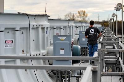 Funcionário inspecionando as torres de resfriamento no Condado de Mayes