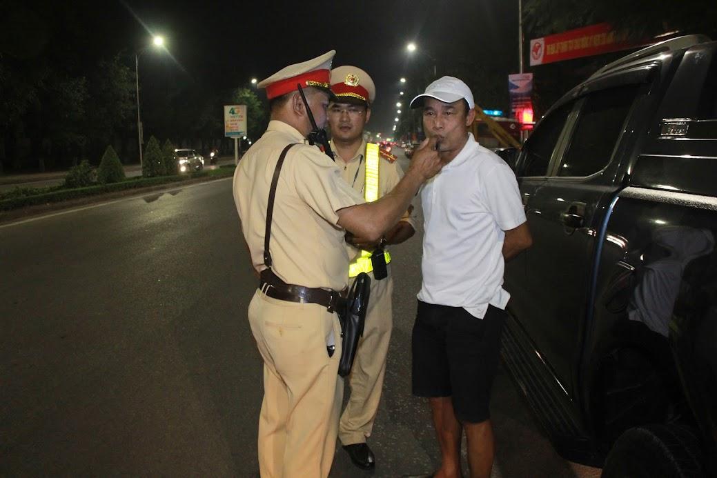 Lực lượng Cảnh sát Giao thông kiểm tra nồng độ cồn đối với người điều khiển phương tiện