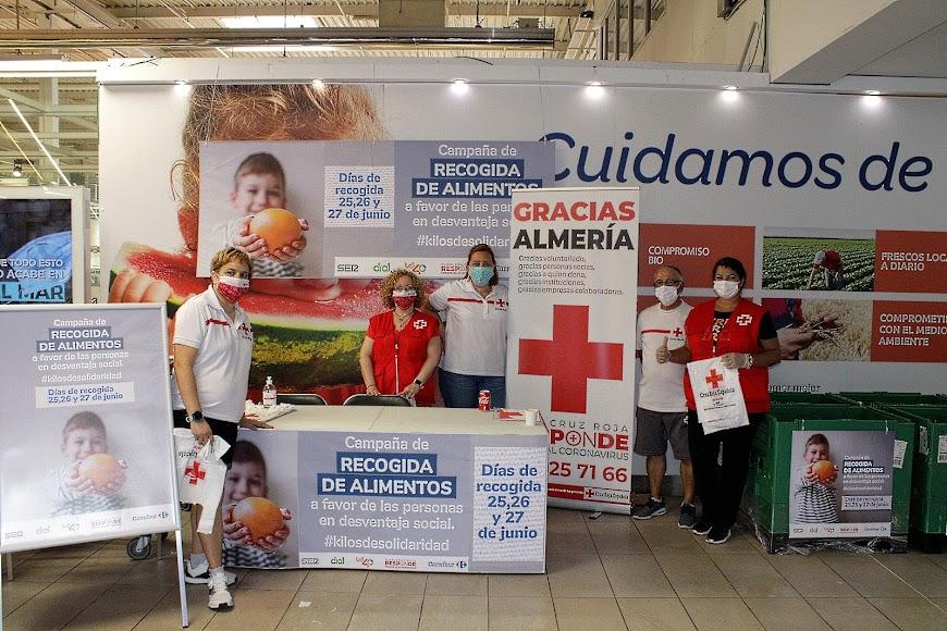 La responsable del Centro de Atención Social de Cruz Roja junto a compañeros y voluntarios.