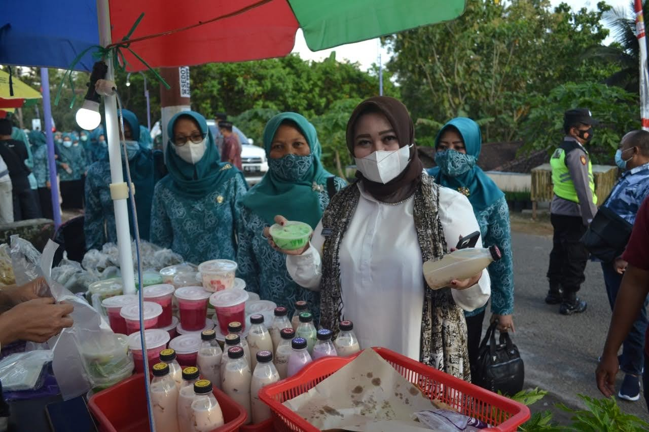 Kunjungi Pelaku UMKM, Bunda Rita Mencoba Makanan Khas Nasi Tedun