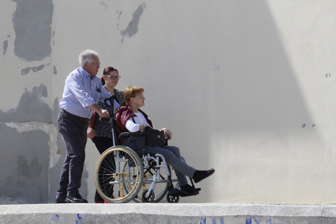 離開醫院後,我發現一個對輪椅人士並不合適的世界。鋪設不均勻的人行道、碎玻璃、口香糖、樓梯、太陡的斜坡...這些都讓我難以通行。