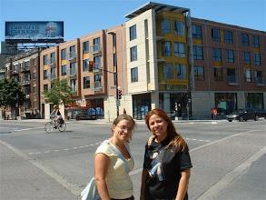 Photo: Adriana y Ale en la esquina de no se que calle con la Ave Parc (creo! no estoy seguro porque tenia apenas 12 hrs de haber llegado)