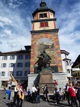 Photo: Willhelm Tell Denkmal vor dem Turm mitten in Altdorf