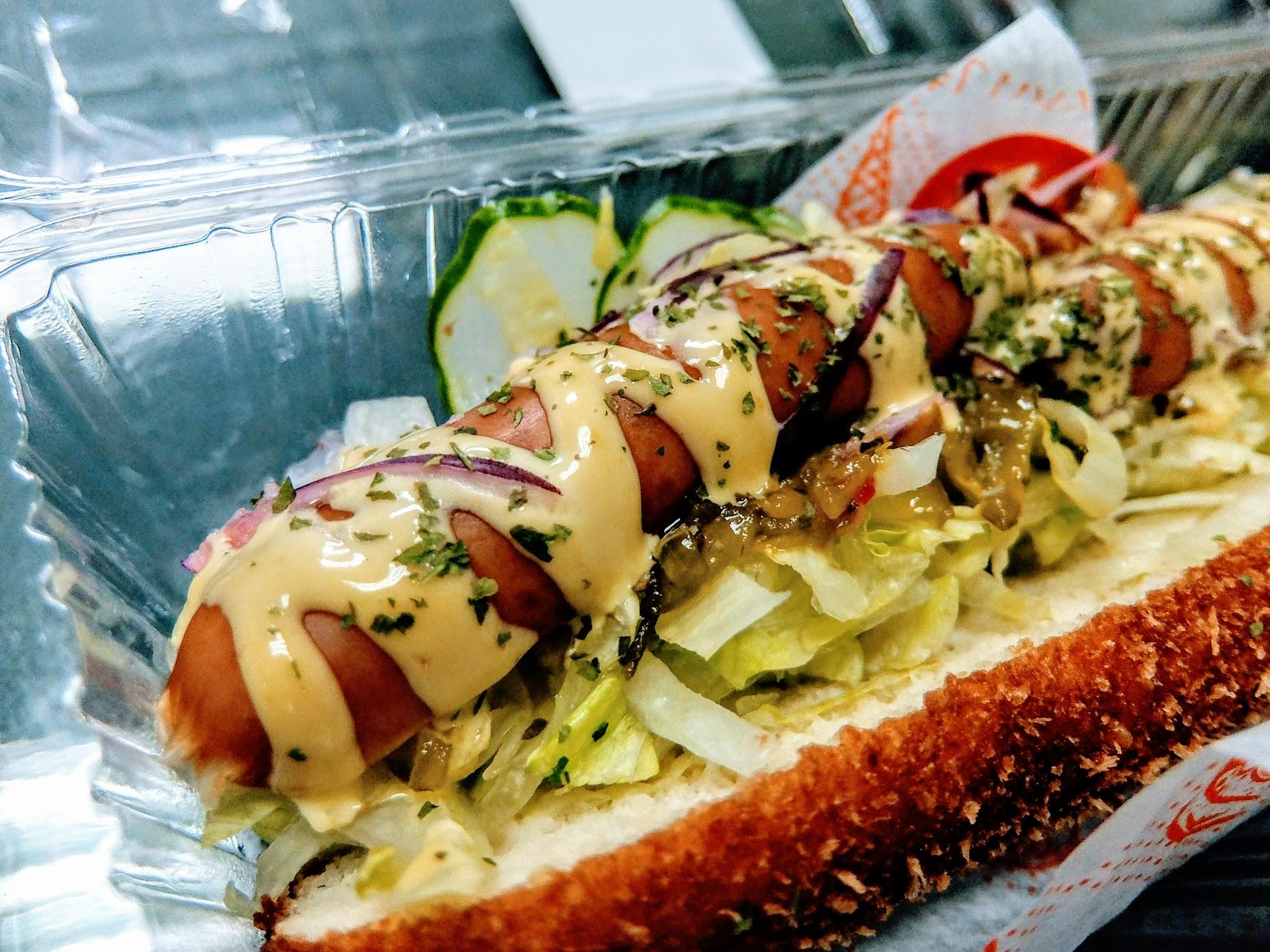 德式香腸,炸麵包中間夾著生菜和德國香腸,還蠻不錯的點心XD