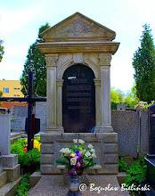 Photo: Pomnik nad grobem Marii Bienias (1924 - 1943), na chojeńskim cmentarzu św. Franciszka to miła dla oka, neorenesansowa aedicula z trójkątnym przyczółkiem, przypominająca nastawę ołtarzową. Poniżej półkolistej wnęki aediculi, w której znajduje się tablica inskrypcyjna, na dość wysokim boniowanym cokole, umieszczona jest prostokątna płycina w profilowanej ramie.