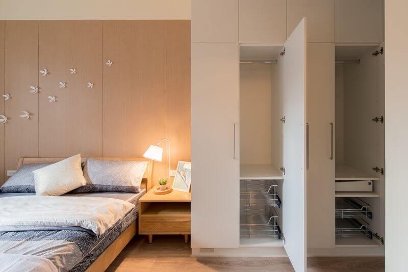 使用白色到頂的系統衣櫃將收納空間發揮到淋漓盡致