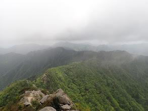 鎌尾根(奥に仙ヶ岳)