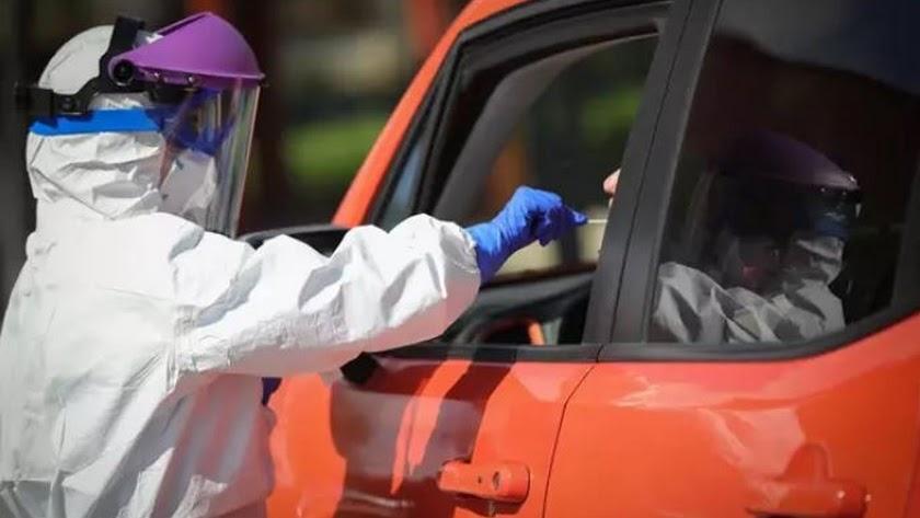 Realización de test test desde el coche de la prueba del coronavirus.