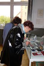 """Photo: Die Delegation des """"Neuen Merker"""" bei der """"Gottlob Frick-Gesellschaft in Ölbronn (2012). Dr. Sieglinde Pfabigan in der Gottlob Frick-Gedenkstätte- Foto: Elisabeth Freitag/Ölbronn"""