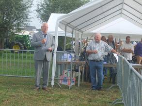 Photo: De officiële opening wordt verricht door dhr J. de Groot, wethouder van de gemeente Giessenlanden.