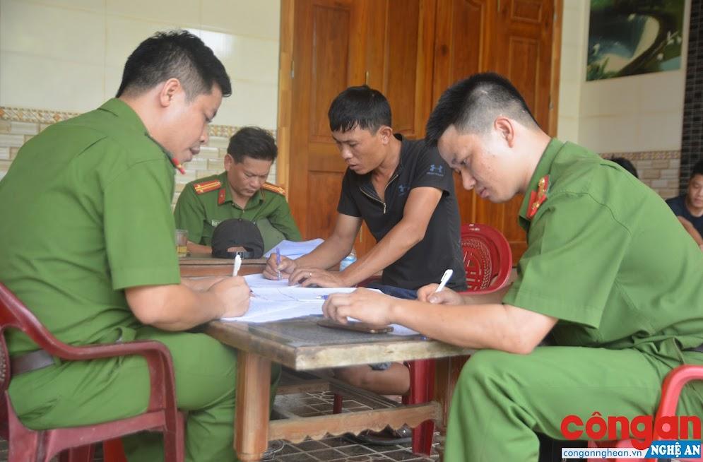 Lực lượng Công an tiến hành lập biên bản, ghi lời khai đối với các đối tượng liên quan