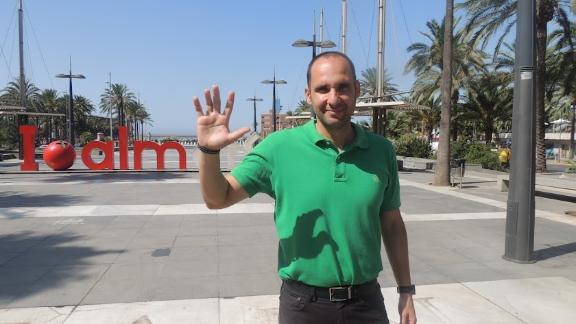 Sebastián Fernández posa para LA VOZ en la Rambla de Almería.