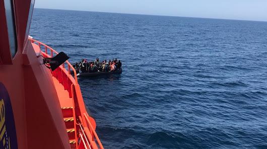 Imagen de archivo del rescate de una patera en aguas almerienses.