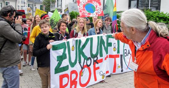 Vor der Bayer-HV im Bonner WCC: Aufmarsch der F4F-Demo.