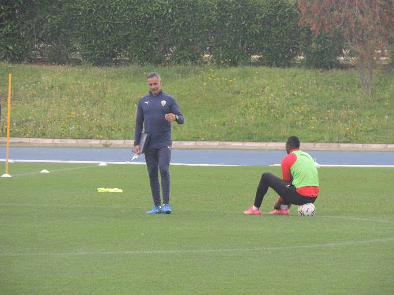 José Gomes y Umar Sadiq estuvieron hablando unos minutos.