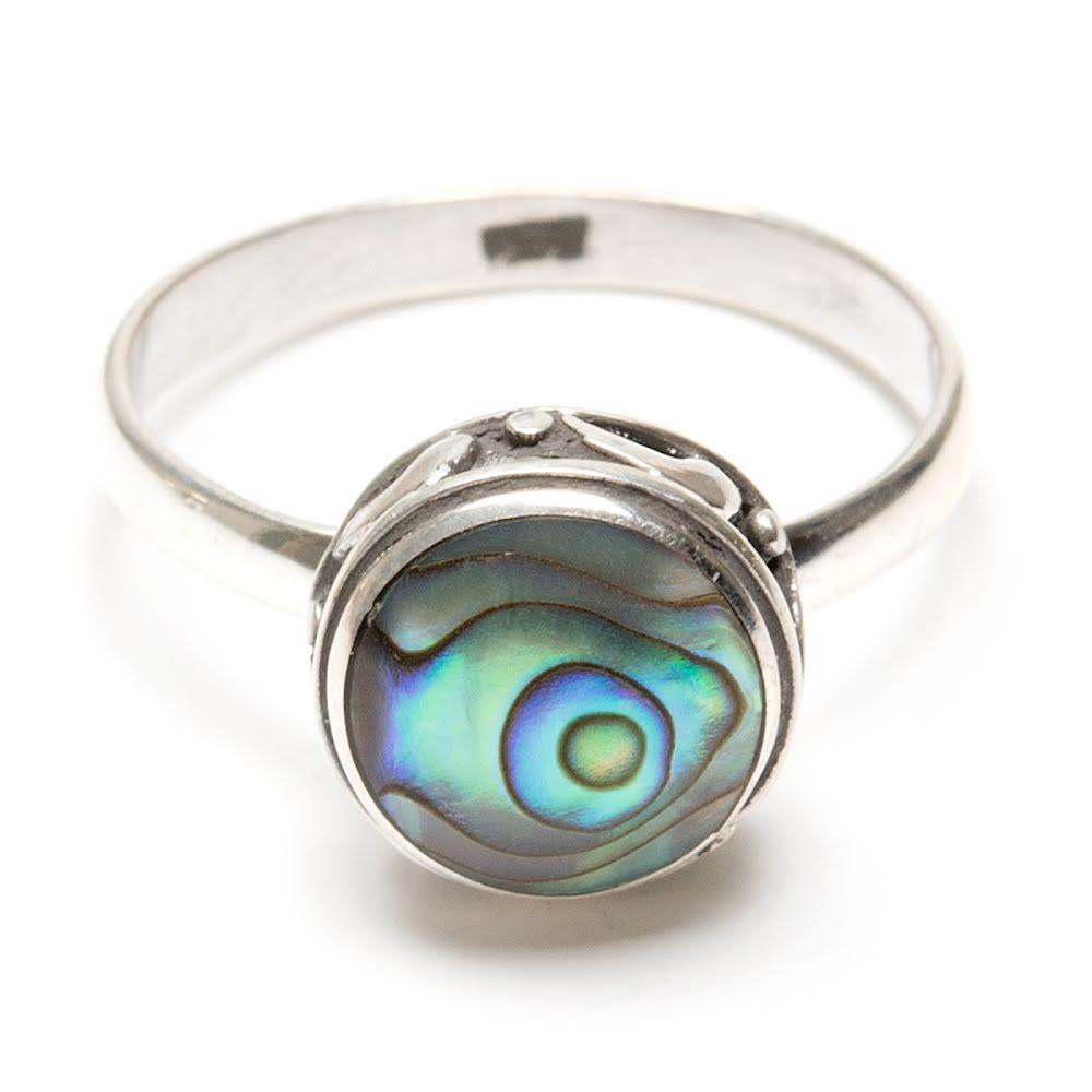 Pausnäckskal, ring i silver med pytteliten delfin på kanten