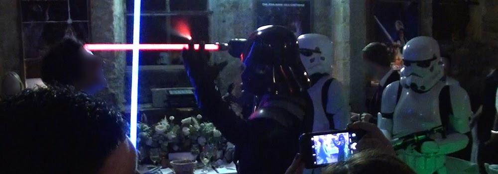 Spectacle Star Wars theme : SW Destructuration. Acrobatie et cascades, combat et duel au sabre laser. Création : Alexis DIENNA, régleur de cascades. Escrime Cascade : https://www.escrimecascade.com/