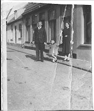 Photo: Mijn ouders op zondag aan de wandel met Maartje.