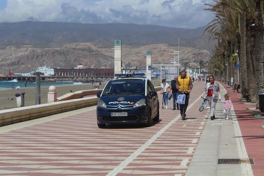Paseando en el Paseo Marítimo y patrulla de la Policía Nacional proporcionando seguridad.