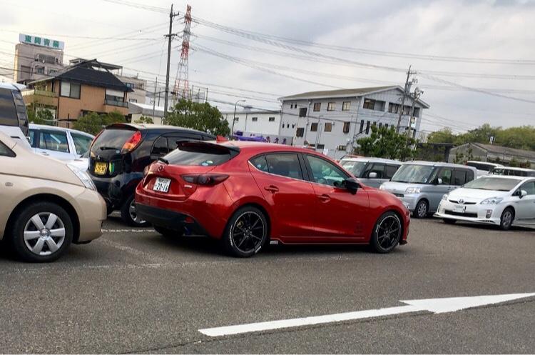 6975eac70b83e アクセラスポーツ(ハッチバック)のDIYに関するカスタム事例 - 単体で見ると車高高いなーって思うけど、駐車場に並んでると低く見えるからまぁいいかw|車 のカスタム ...