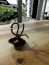 Photo: Unikat Leuchter, Detail Tischdeko, Metallkunst trifft Holzkunst, Metall Holz Kombination, Gestaltung mit Holz und Stahl Eisen und Holz Gestaltung, Kerzenleuchter individuell,
