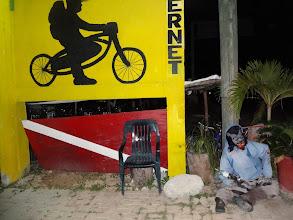 Photo: Spaní na pláži se nakonec nekonalo. Našli jsme tenle prímovej hostel s opičím hlídačem.