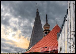 Photo: 2 x Monate nach dem Unwetter. Die Turmspitzen der Stiftskirche sehen noch immer zerzaust aus. Viele Dachziegel müssen ersetzt werden. In der Kleinstadt Bützow bei Rostock hatte Anfang Mai ein heftiger Sturm gewütet und innerhalb von wenigen Minuten viele Dächer abgedeckt. Auch das Dach des Kirchturmes wurde von dem Tornado angehoben, leicht gedreht und verschoben. Weitere Hilfe für die Denkmale Bützows ist möglich: IBAN: DE71500400500400500400 Spendenkonto 30 55 555 00 Commerzbank Bonn BLZ 380 400 07 Verwendungszweck: 1010755X Soforthilfe Bützow.  Die Deutsche Stiftung Denkmalschutz ist die größte private Initiative für den Denkmalschutz in Deutschland. Sie setzt sich kreativ, fachlich fundiert und unabhängig für den Erhalt bedrohter Denkmale ein.