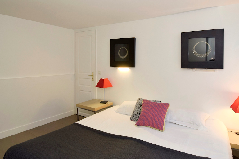 King sized bedroom at Marais & Palais Royal Serviced Apartment, Opera