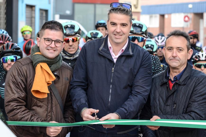 El alcalde de Viator, Manuel Jesús Flores, cortó la cinta.