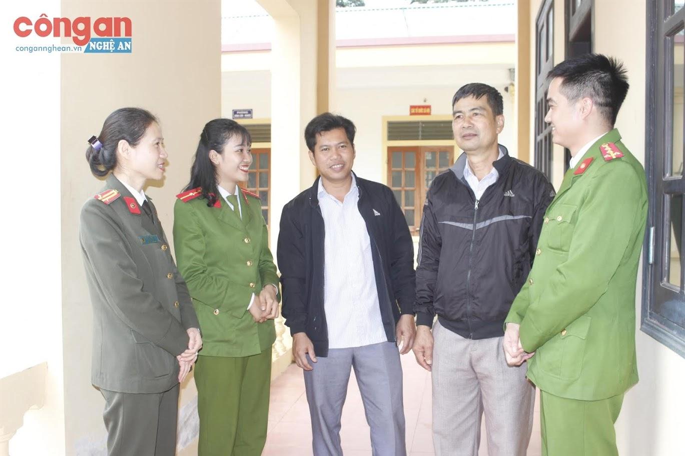 Trung tá Nguyễn Việt Hà, Chủ tịch Hội Phụ nữ Công an Nghệ An trao đổi về hoạt động của nữ cán bộ Công an xã Đồng Văn, huyện Tân Kỳ